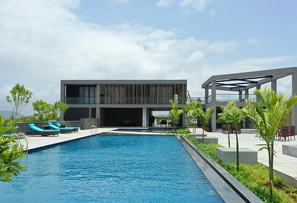 Villa with a swimming pool in front